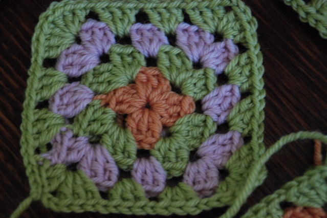 Crocheting Granny Squares For Beginners : BEGINNER GRANNY SQUARE CROCHET - Crochet - Learn How to Crochet